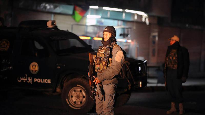 Policías afganos montan guardia cerca de la residencia del gobernador de Kandahar (Afganistán) tras el atentado en el que murieron varios diplomáticos de Emiratos Árabes Unidos