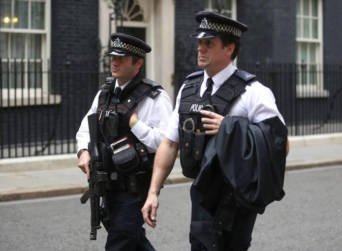 Policías patrullan en Downing Street