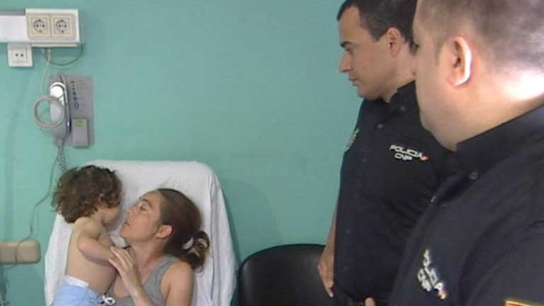 Dos policías salvan la vida a un bebé a punto de morir asfixiado