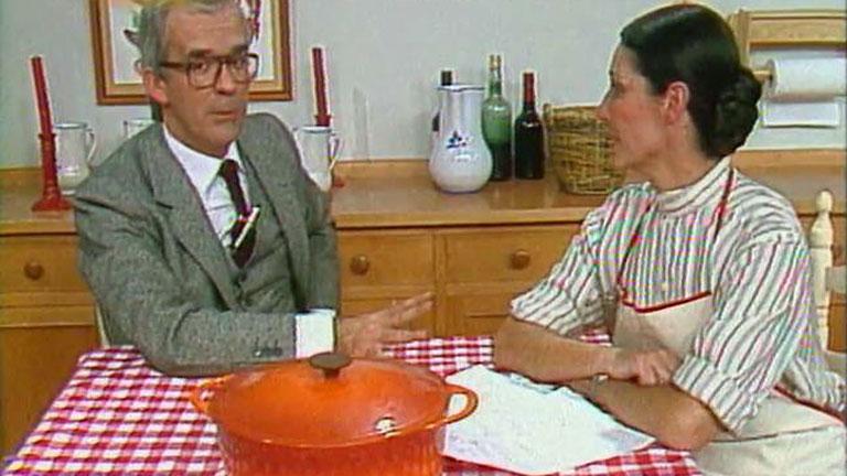 Elena Santonja y Antonio Fraguas cocinan un pollo asado con manzana