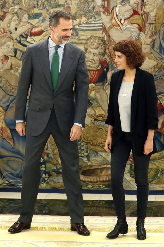 La portavoz de En Marea, Alexandra Fernández, con el rey