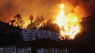 Portugal lucha contra los incendios que amenazan la capital de Madeira