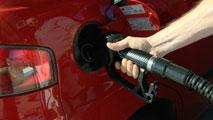 Ir al Video¿Por qué el precio de la gasolina no ha caído tanto como el del petróleo?