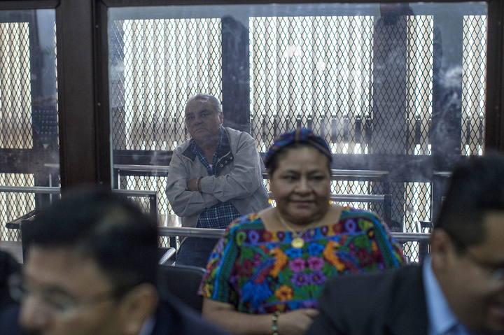 La premio Nobel de Paz 1992, Rigoberta Menchu (frente), asiste a una audiencia del juicio contra el exjefe policial de Guatemala Pedro García Arredondo (atrás) el 9 de enero, por el incendio de la Embajada de España en enero de 1980