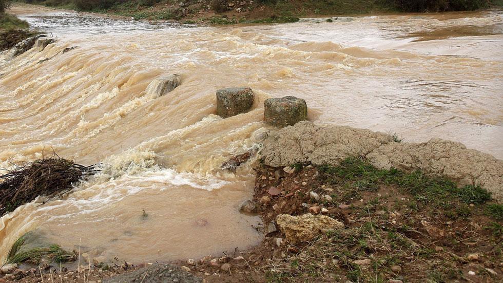 El río Ebro pone en alerta por riesgo de desbordamiento a varias localidades