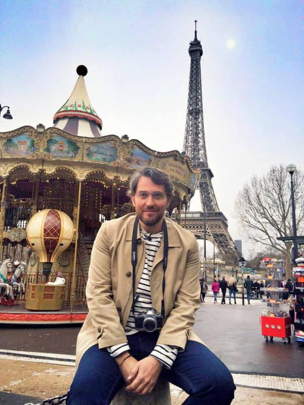 El presentador, junto a la Torre Eiffel