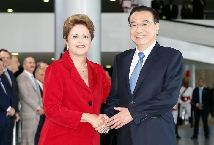 La presidenta brasileña Dilma Rousseff saluda al primer ministro chino Li Keqiang