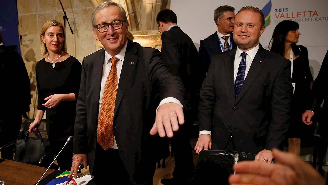 El presidente de la Comisión Europea Jean-Claude Juncker, junto al primer ministro de Malta Joseph Muscat (d) y a la alta representante de la Unión Europea para Asuntos Exteriores y Pólítica de Seguridad Federica Mogherini en La Valeta