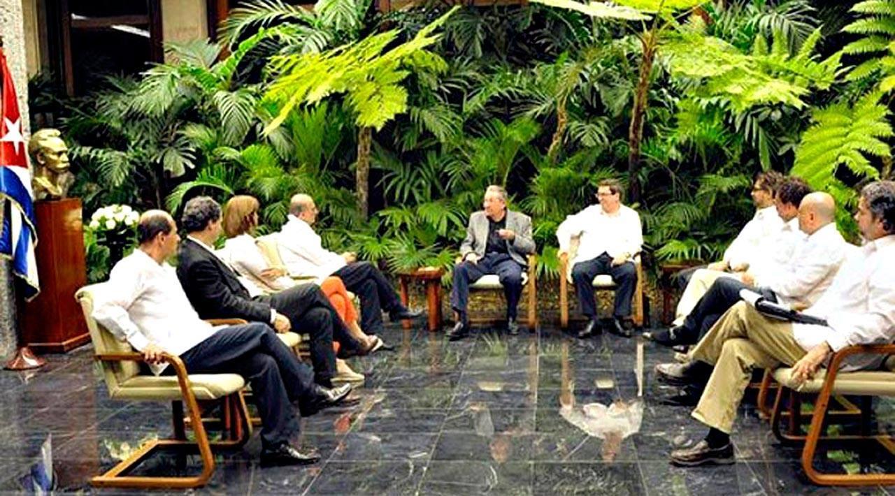 El presidente de Cuba, Raúl Castro, se reúne con las delegaciones del Gobierno de Colombia y de las FARC antes de la última ronda de negociaciones