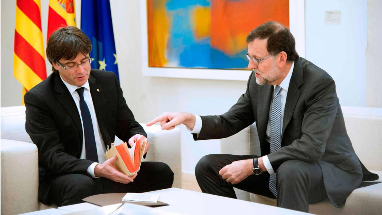 El presidente del Gobierno en funciones, Mariano Rajoy, reunido en la Moncloa con el presidente catalán, Carles Puigdemont