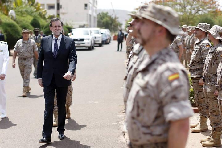 El presidente del Gobierno, Mariano Rajoy (i), en la visita que ha realizado a la Escuela de Mantenimiento de la Paz, sede del cuartel general de la misión europea.