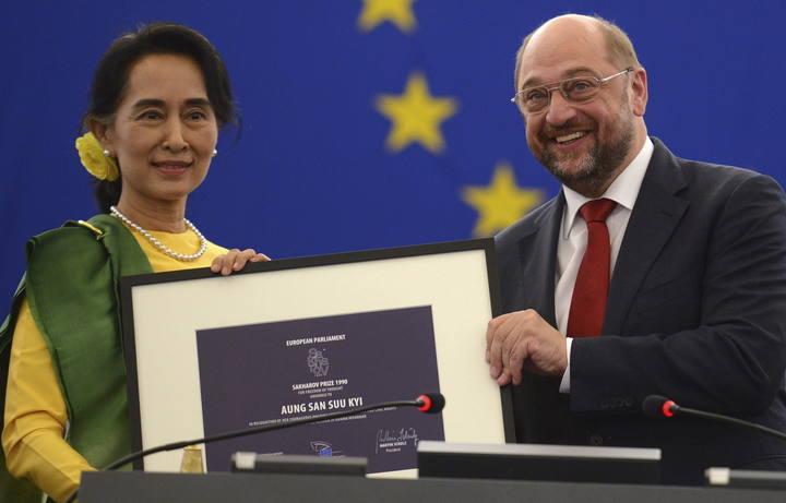 El presidente del Parlamento Europeo, Martin Schulz (dcha), entrega premio Sájarov a la Libertad de Conciencia a la líder opositora birmana Aung San Suu Kyi