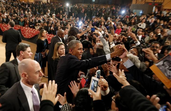 El presidente de EE.UU., Barak Obama, saluda al auditorio durante su última jornada en la India.