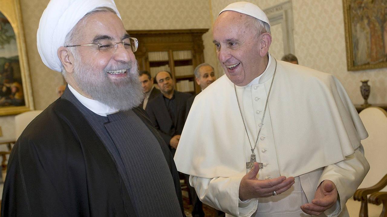 El presidente de Irán, Hasán Rohaní, sonríe en su visita al papa Francisco en el Vaticano, el 26 de enero de 2016. REUTERS/Andrew Medichini