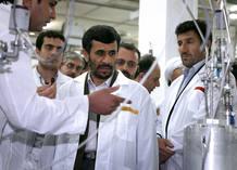 El presidente iraní, Mahmud Ahmadineyad visita las instalaciones de la planta de Nataz tras la instalación de 6.000 nuevas centrifugadoras.