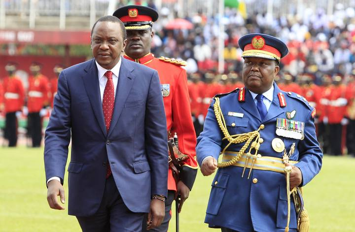 El presidente de Kenia, Uhuru Kenyatta (izquierda), en un desfile militar el pasado 12 de diciembre, en la celebración del Día de la Independencia.