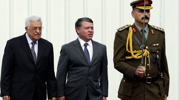 El presidente palestino, Mahmud Abás (izquierda) junto al rey Abdalá de Jordania, en Ramala
