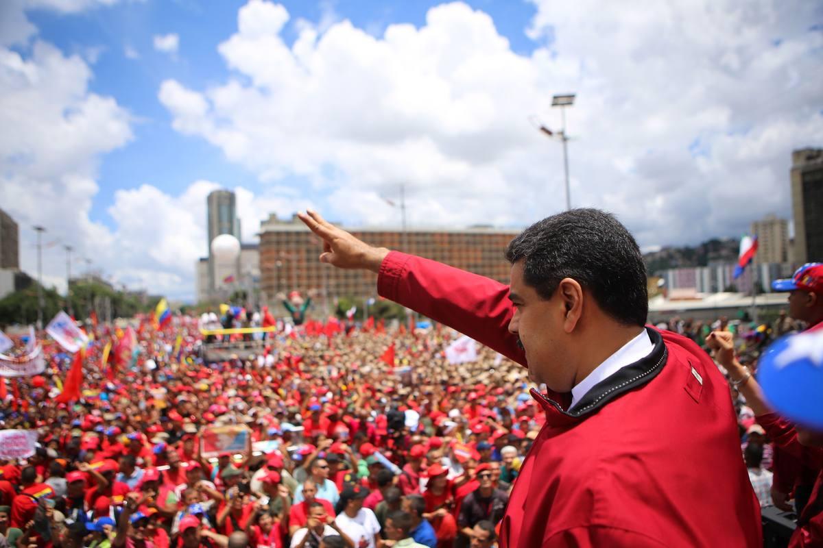 El presidente de Venezuela, Nicolás Maduro, saluda a sus seguidores en la marcha chavista