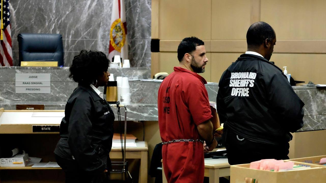 El preso español Pablo Ibar abandona la sala tras la audiencia en la que se le ha denegado la libertad bajo fianza