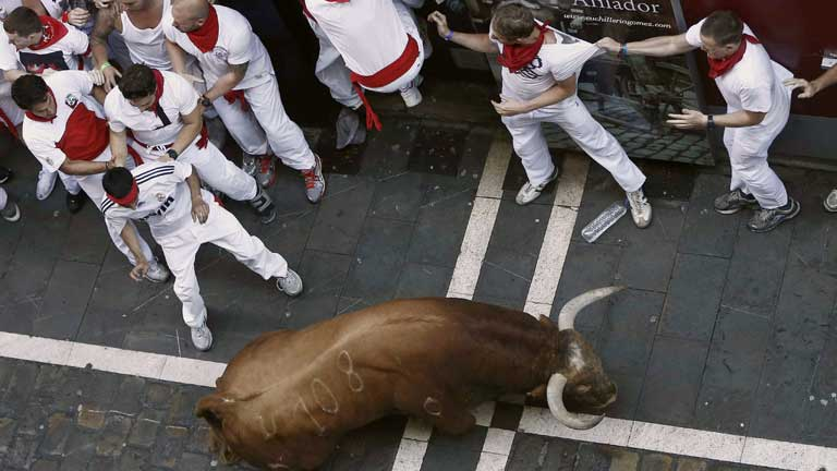 El primer encierro de los sanfermines 2013, peligroso por un toro rezagado