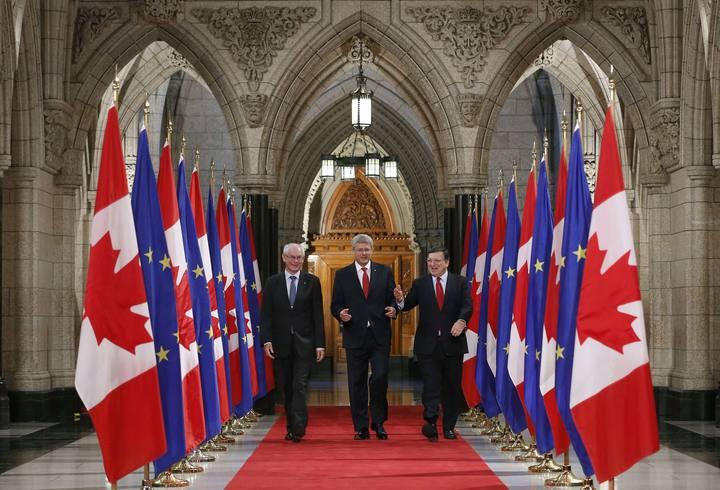El primer ministro de Canadá, Stephen Harper, con el presidente del Consejo Europeo, Herman Van Rompuy, y el presidente de la Comisión Europea, Jose Manuel Barroso