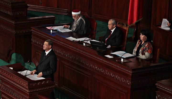 El primer ministro designado de Túnez, Habib Essid, habla ante el Parlamento
