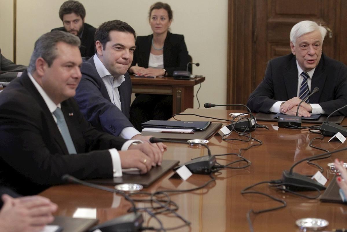 El primer ministro griego, Alexis Tsipras, y el líder del partido ANEL, Panos Kammenos, participan en una reunión presidida por el presidente griego, Prokopis Pavlopoulos.