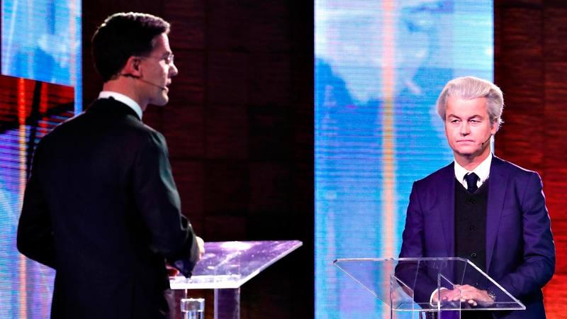 El primer ministro holandés, Mark Rutte, de espaldas, y el candidato ultraderechista, Geert Wilders, durante el debate electoral