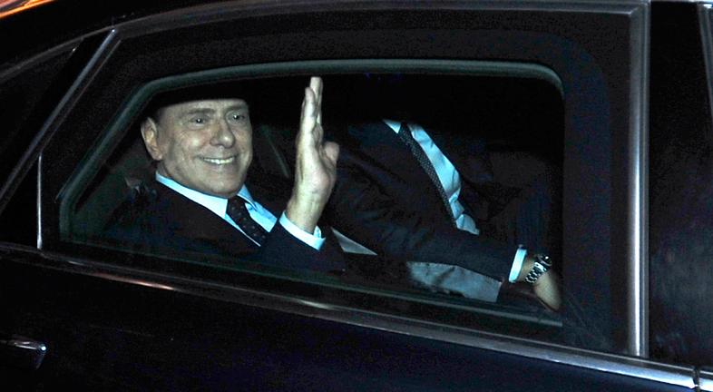 El primer ministro de Italia, Silvio Berlusconi, dimite