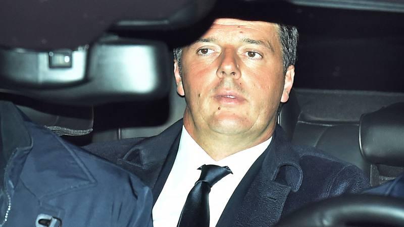 El primer ministro italiano Matteo Renzi llega al Palacio del Quirinal para formalizar su dimisión
