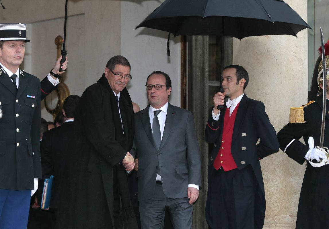 El primer ministro tunecino, Habib Essid, saluda al presidente francés, François Hollande, a su llegada al Elíseo