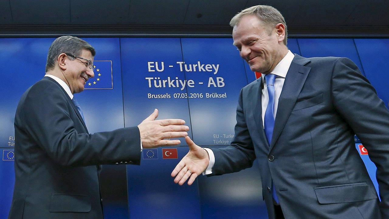 El primer ministro turco, Ahmet Davutoglu, estrecha la mano del presidente del Consejo Europeo, Donald Tusk, en Bruselas, el 8 de marzo de 2016. REUTERS/Yves Herman