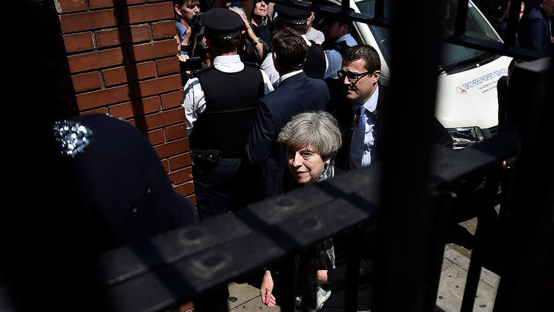 La primera ministra, Theresa May, llega a la mezquita de Finsbury Park, en Londres, tras el atentado contra los fieles que rezaban