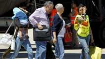 Ir al VideoLos primeros españoles evacuados de Libia llegan a Madrid y dejan un país sumido en el caos