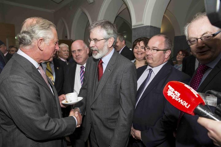 El príncipe Carlos y Gerry Adams