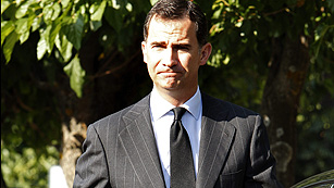 El príncipe Felipe acude a la capilla ardiente de Peces-Barba que estará instalada hasta mediodía