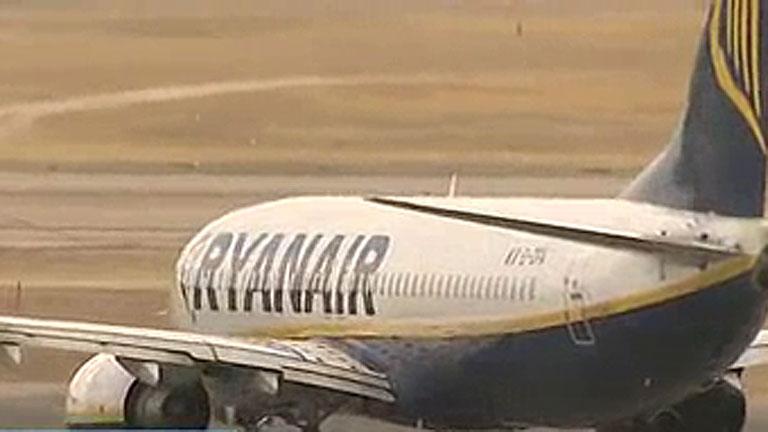 Dieciséis pasajeros de un vuelo de Rayanair tienen que ser atendidos por la despresurización de la cabina