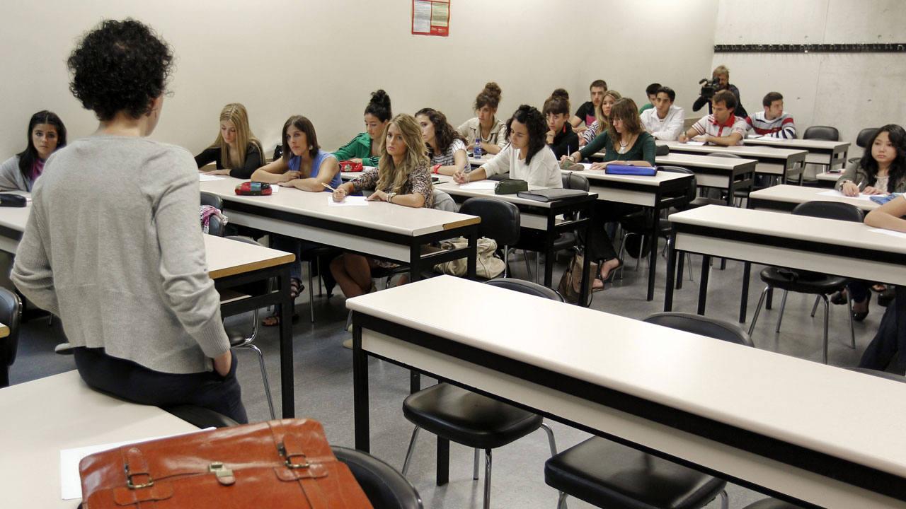 Una profesora se dirige a sus alumnos en un aula de una universidad pública española
