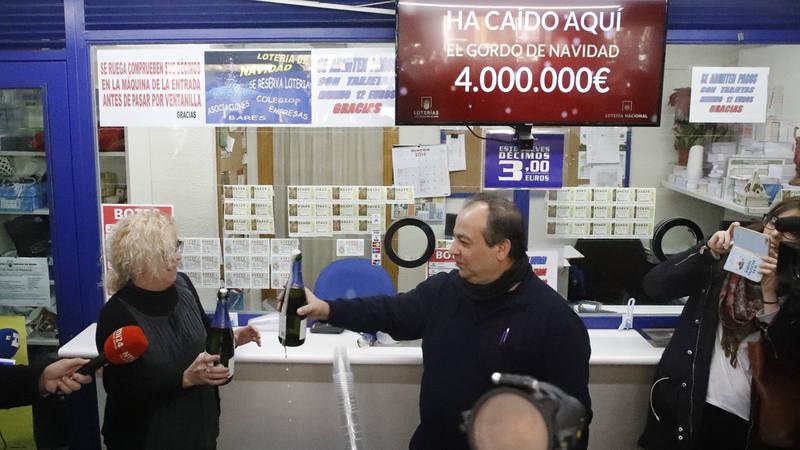 Los propietarios de la administración de Lotería en Madrid que han repartido el Gordo de este año
