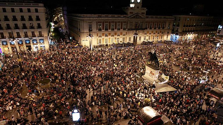 """Los límites de hora no acallan a los """"indignados"""" en la Puerta del Sol de Madrid"""