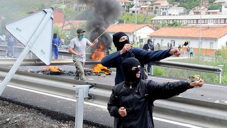 Jornada de protesta de los mineros de Asturias con cortes de carretera y trenes