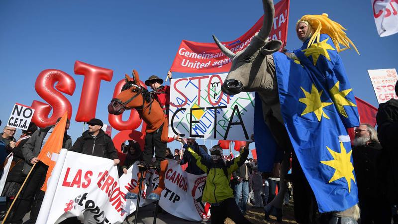 Protestas en el exterior de la Eurocámara contra el CETA