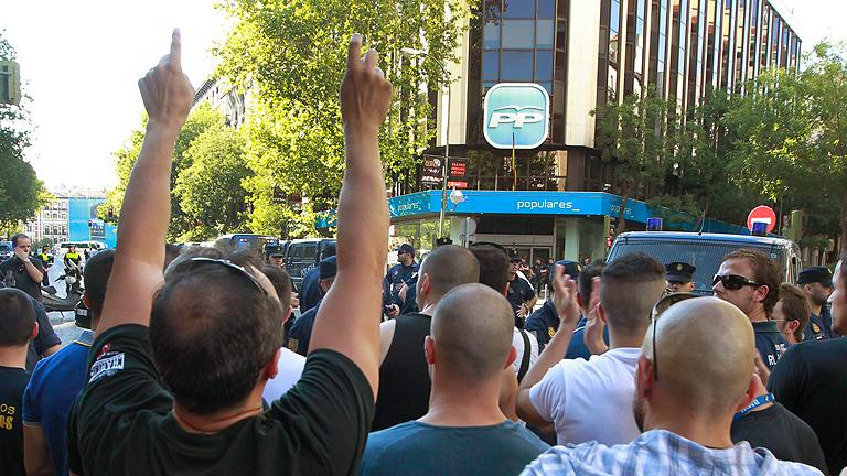 Protestas de centenares de funcionarios, muchos policías y bomberos, ante Génova y el Congreso