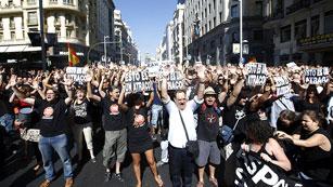 Los funcionarios vuelven a salir a la calle y cortan la Gran Vía para protestar por los recortes
