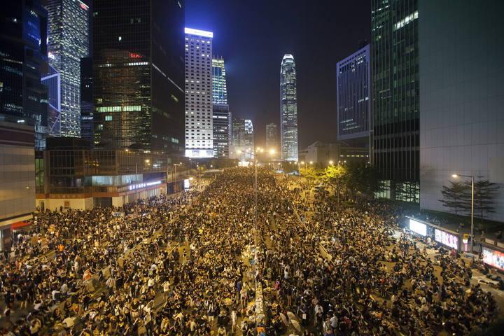 LAS PROTESTAS SE EXTIENDEN POR HONG KONG ANTE LA PASIVIDAD DE LA POLICÍA
