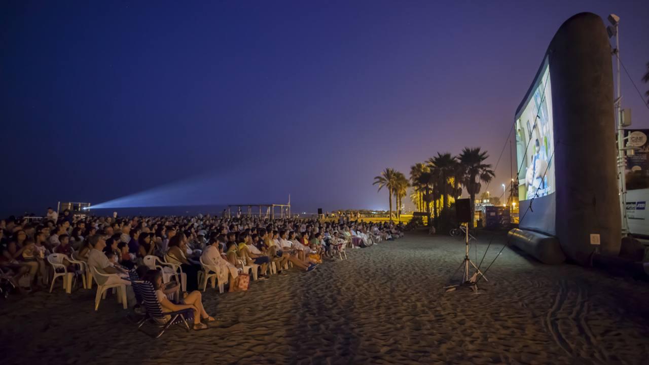 Proyección de una película en la playa de 'La Misericordia' de Málaga