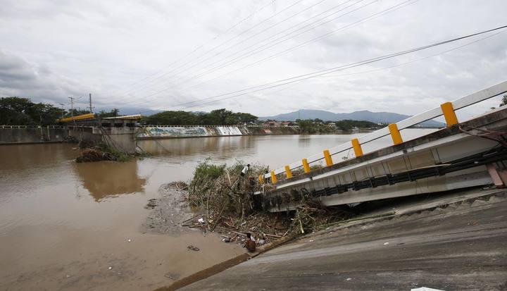 Puente destruido en Batangas, al suer de Manila.