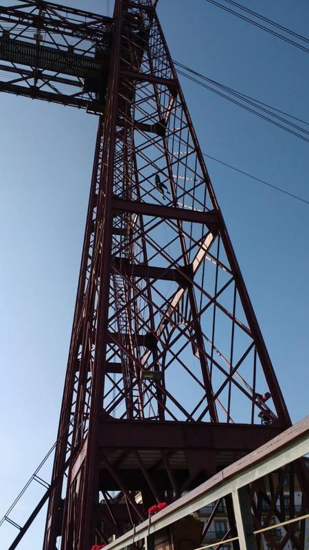 El Puente Vizcaya lleva más de 120 años transportando a personas y vehículos desde Portugalete a Las Arenas (Guetxo)