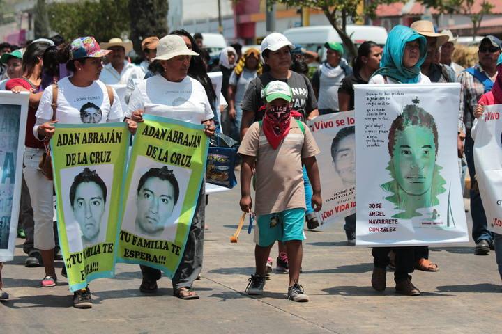 QUEMAN AUTOS ANTE CONGRESO DE GUERRERO TRAS MARCHA POR ESTUDIANTES MEXICANOS