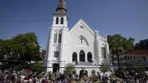 Ir al VideoReabre la iglesia de la masacre racista de Charleston y se suceden los homenajes